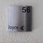 Een gepersonaliseerd rvs naambordje bij de deur